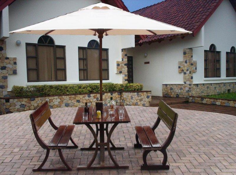 2 8 bancas y sillas pl sticas para amoblameito urbano for Sillas de madera para exterior